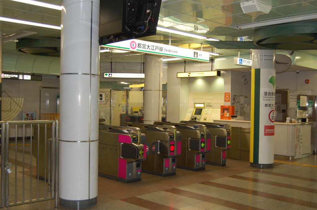 落合南長崎駅です。 改札を出て左に曲がります。