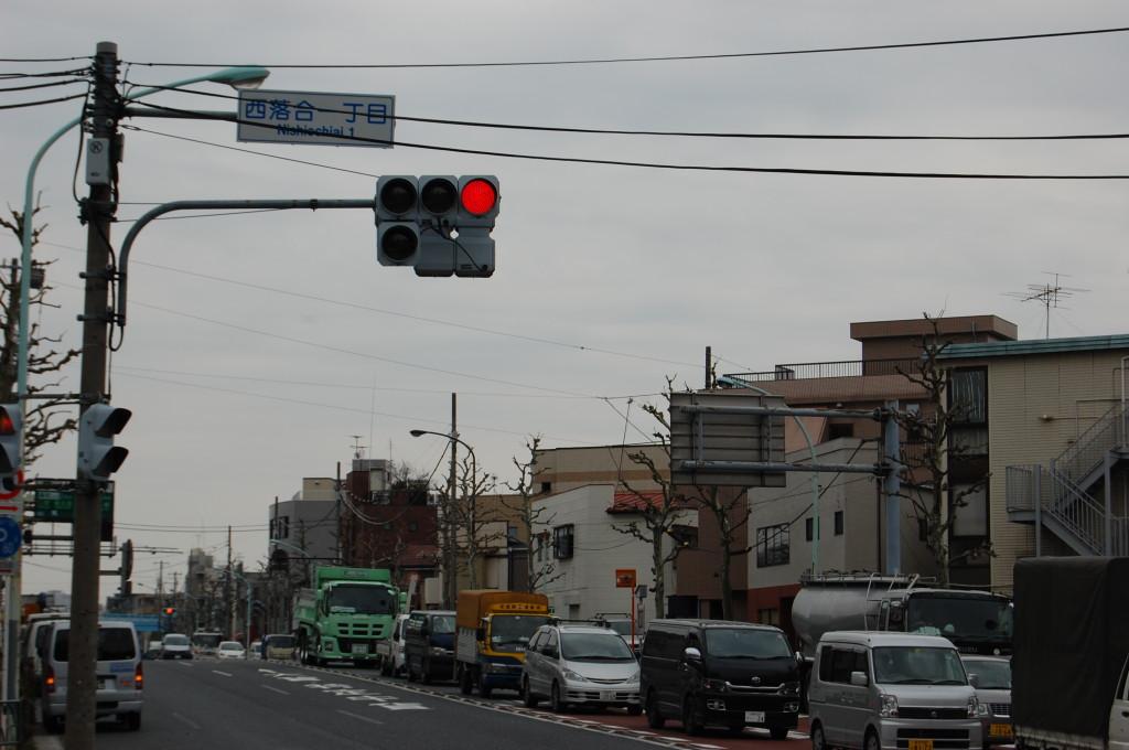 新目白通りを練馬方面から 交差点:新江古田駅→西落合一丁目(落合南長崎駅)の交差点看板が見えたら、もうすぐ駐車場です