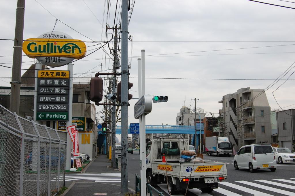 左前方にガリバーの黄色い看板 左側が有料駐車場です