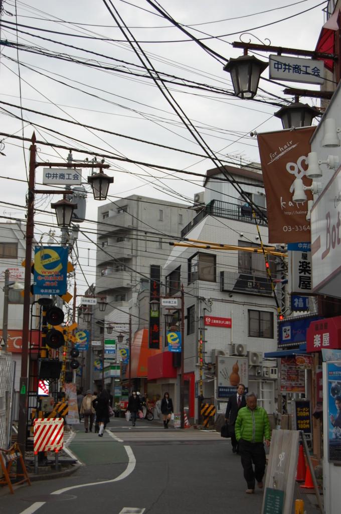 中井駅改札を出て右を向くと、踏み切りあるので、渡ります
